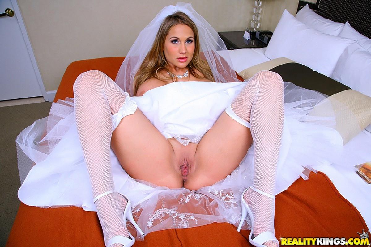 невеста дрочит под платьем большой-большой