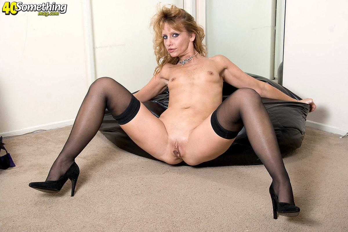 Deliciosu Milf Blondie Kami Opens Her Legs For The Black Man