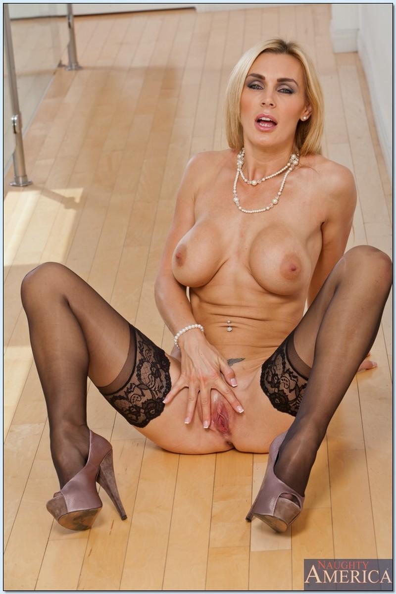 Nude glamour milf